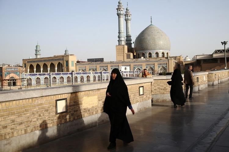 Un mujer iranía caminando por las calles de Qom (Reuters/archivo)