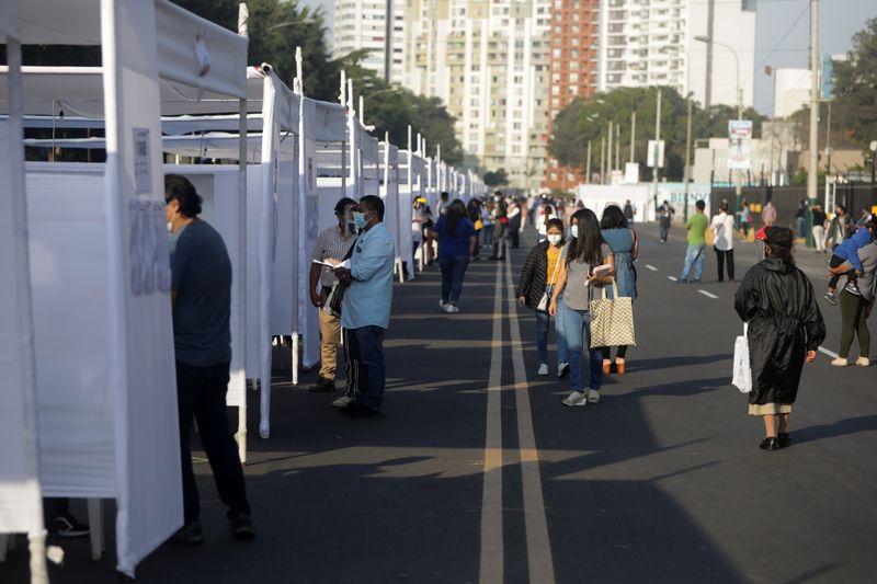 Varias personas votan en las elecciones presidenciales y parlamentarias en Lima, Perú. 11 abril 2021. REUTERS/Sebastián Castañeda