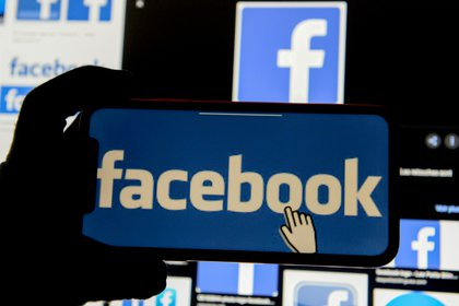 The News Feed is the section of the Facebook social network where users can see new content of their interest, which is displayed in a specific order driven by a machine learning classification system (Photo: Reuters)