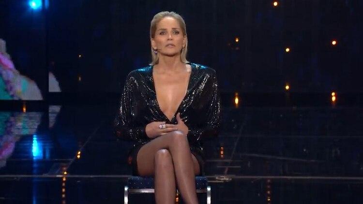 """A los 61 años, Sharon Stone recreó la famosa escena de """"Bajos instintos"""" y contó cómo surgió la famosa escena que la convirtió en una sex symbol"""