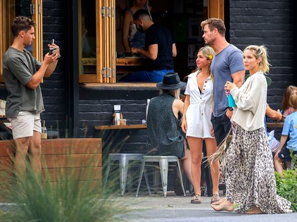 Chris Hemsworth y su mujer, Elsa Pataky, disfrutaron de un desayuno en un cafetería. El reconocido actor, que estaba descalzo y con un look informal, no tuvo problemas en sacarse una selfie con unos fanáticos (Foto: Media Mode / The Grosby Group)