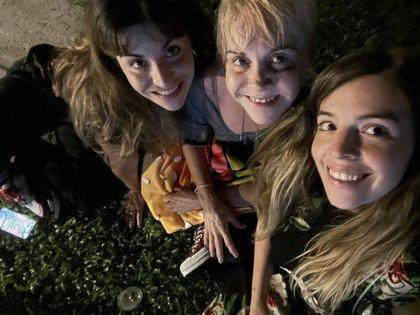 Claudia con Dalma y Gianinna viendo la final en casa