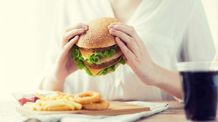 Los niveles de insomnio pueden influir en el hipocampo, la región de su cerebro que regula la ingesta de alimentos (Shutterstock)