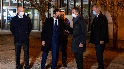 Emmanuel Macron y otros funcionarios en el lugar del hecho (ABDULMONAM EASSA / POOL / AFP)