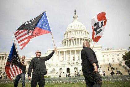 Grupos neonazis de Estados Unidos y Europa culpan a los inmigrantes por la pandemia del Covid19 y aprovechan el momento para difundir sus mensajes de odio a través de las redes sociales. Shutterstock