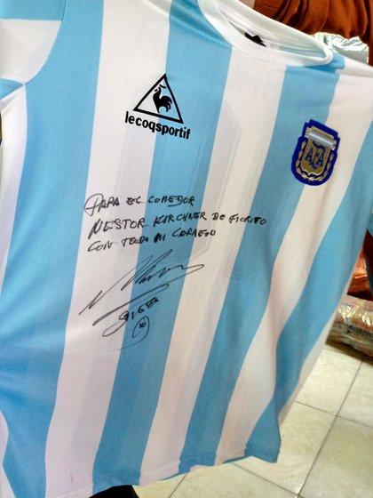 Una de las camisetas que Maradona donará para esta movida solidaria