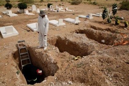 Los sepultureros preparan una tumba para Rafael Nolasco, de 54 años, quien murió de COVID-19, en un cementerio en Ciudad Juárez, México, 14 de mayo de 2020. Foto: (REUTERS / Jose Luis Gonzalez)