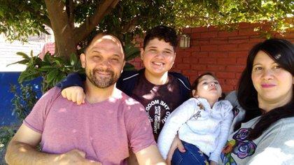 """Daniel (42), Ulises (12), Matilda (2) y María Eugenia (39) son de San Juan. En 2018, a su hija menor le diagnosticaran """"Síndrome de West"""": una encefalopatía (alteración cerebral) epiléptica poco frecuente, que afecta a uno de entre 4 mil y 6 mil chicos en el mundo."""