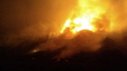 Las llamas del avión siniestrado en las inmediaciones del aeropuerto de Esquel, cerca de las 23 horas del martes