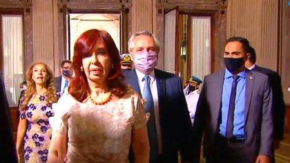 Cristina Fernández de Kirchner caminando por delante del mandatario