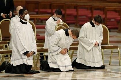 Miembros del clero asisten a una misa encabezada por el Papa Francisco en la Basílica de San Pedro, en el Vaticano, el 25 de abril de 2021.