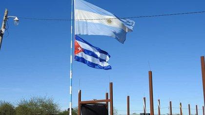 Las dos banderas, la argentina y la cubana, flameando en la EPGS N°2 de Chaco