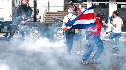 La policía dispersó a los manifestantes con gas lacrimógeno (AFP)