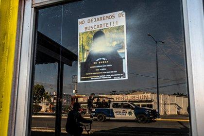 Un aviso con el rostro de Luciano Leal Garza en la ventana de una taquería en San Fernando.