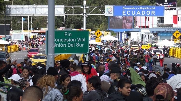 Un total de 13.110 migrantes venezolanos cruzaron las fronteras hacia Ecuador entre el sábado y domingo pasado (EFE)