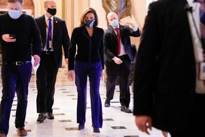 FOTO DE ARCHIVO. La presidenta de la Cámara de Representantes de Estados Unidos, Nancy Pelosi (D-CA), camina por el Capitolio de Estados Unidos en Washington, Estados Unidos. 16 de diciembre de 2020. REUTERS/Erin Scott