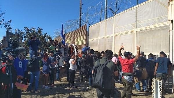 Los migrantesintentaron cruzar la valla fronteriza (Foto: Cortesía Uniradio de Tijuana)