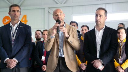 Guillermo Dietrich, acompañado por Gonzalo Pérez Corral (gerente general de JetSmart) y Ramiro Tagliaferro (intendente de Morón) durante la conferencia del martes