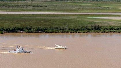 El barco privado y el buque de Prefectura en el Paraná