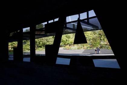 Foto de archivo del logo de la FIFA en las oficinas de la entidad en Zúrich.  Sep 4, 2018   REUTERS/Arnd Wiegmann