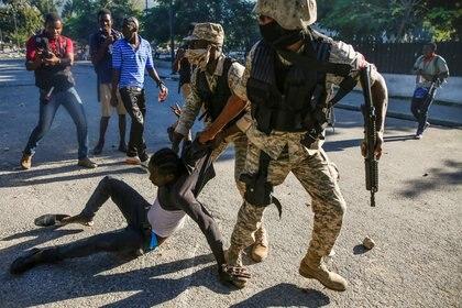 La policía chocó con manifestantes en Puerto Príncipe el lunes, en medio de la crisis política en Haití (REUTERS/Jeanty Junior Augustin)