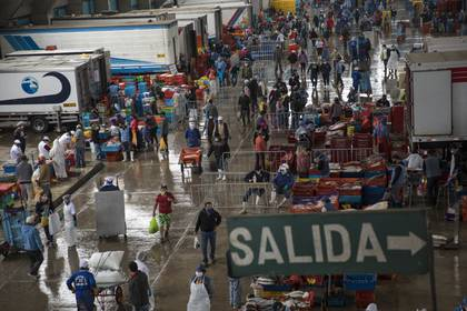 Un mercado pesquero reanuda su actividad en Villa María del Triunfo, uno de los distritos más poblados de Lima (AP/Rodrigo Abd)