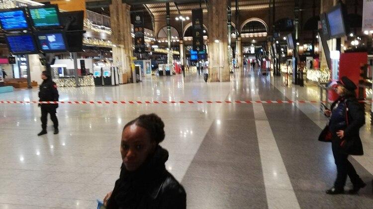 Gare du Nord fue evacuada completamente este viernes por la noche en París (@xevtfm)