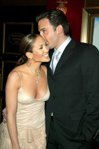 Jennifer Lopez y Ben Affleck en 2002 (Shutterstock)