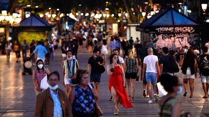 Personas en Las Ramblas de Barcelona en una foto tomada el 25 de junio (Pau Barrena/ AFP)