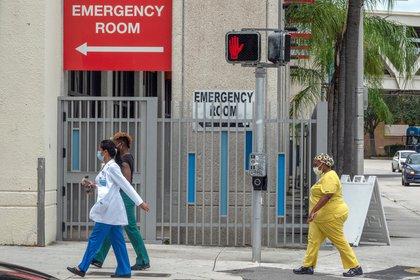 A pesar de que los lunes habitualmente se registran cifras bajas por el hecho de que durante el fin de semana se entregan menos resultados de pruebas del coronavirus SARS-CoV-2, en este hubo un repunte de los casos nuevos respecto al domingo de casi mil más. EFE/EPA/CRISTOBAL HERRERA-ULASHKEVICH/Archivo