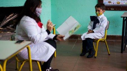 El tapabocas es obligatorio para los estudiantes de enseñanza media y voluntario para los escolares y preescolares (AP)