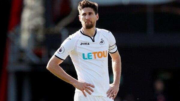 Federico Fernández es uno de los capitanes del Swansea, elenco que descendió en la Premier League (REUTERS)