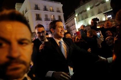 Así fue la llegada de Juan Guaidó a la Puerta del Sol (REUTERS/Susana Vera)