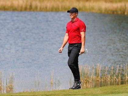 Rory McIlroy con una remera roja a lo Tiger Woods, el último domingo (Mike Watters-USA TODAY Sports).