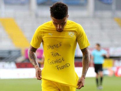 Jadon Sancho mostrando un mensaje por la muerte de George Floyd, durante un partido dela Bunddesliga contra el SC Paderborn - Reuters