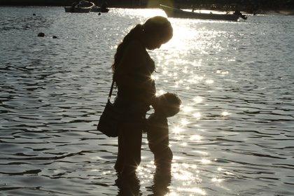 Una de las principales razones que ha influido en que la lactancia materna no se extienda a los dos años es la inclusión de la mujer al mercado laboral, pues esto ha implicado el abandono temprano de la práctica. (FOTO: BERNANDINO HERNÁNDEZ /CUARTOSCURO)
