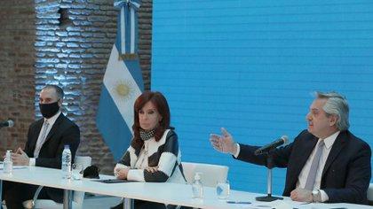 Alberto Fernández, Cristina Fernández de Kirchner y Martín Guzmán durante un acto en el Museo del Bicentenario. (Presidencia)