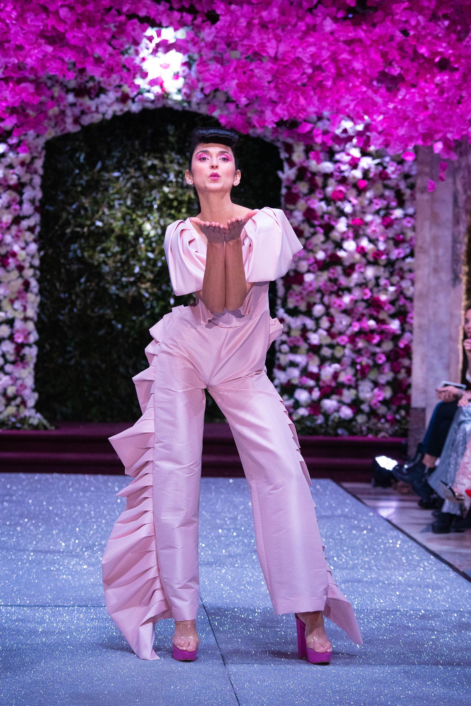 El mono de tafetán con volúmenes en el pantalón y hombreras. En rosa, uno de los diseños más llamativos de la pasarela de Jorge Rey