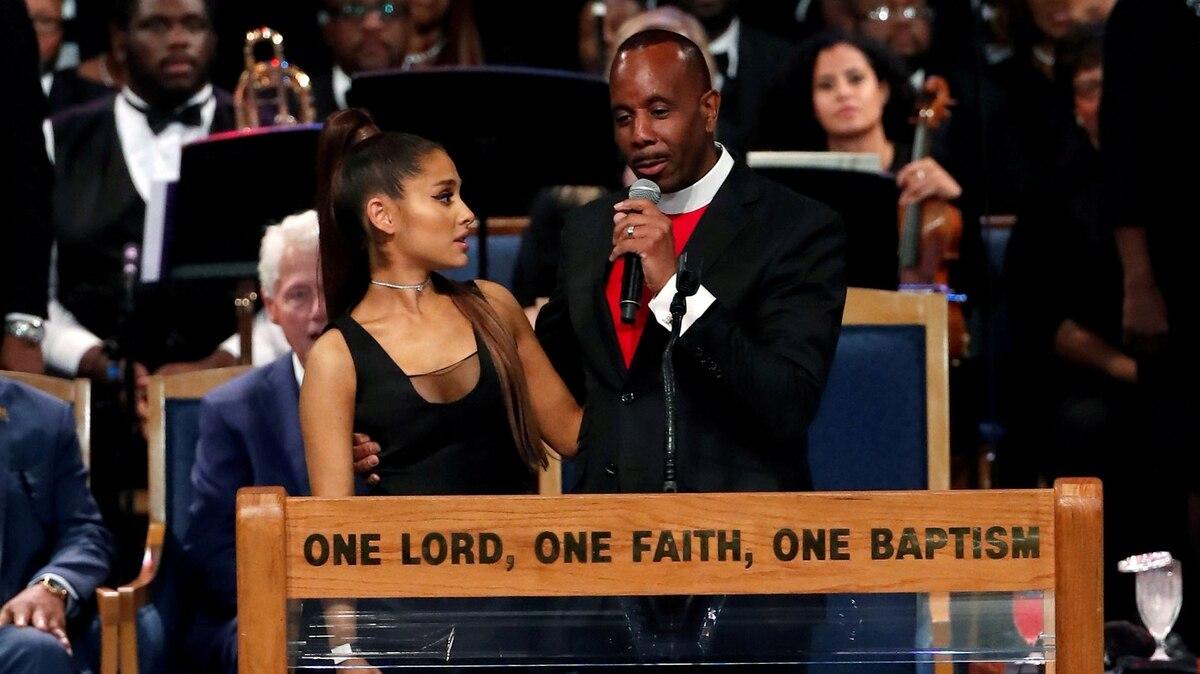 El obispo del funeral de Aretha Franklin se disculpó por haber acosado a Ariana  Grande - Infobae bccf287e3f1