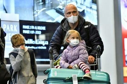 Protección con barbijos para los viajeros (Reuters)