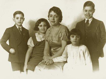 Felipe Fort con su mujer Asunción y sus hijos Carlos, Amelia y Marta