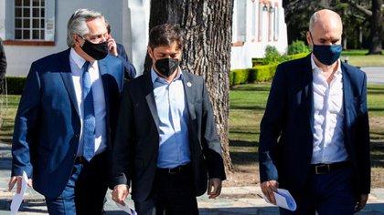 Los tres mandatarios caminan por los jardines de la residencia presidencial en Olivos, tras la conferencia de prensa. Presidencia