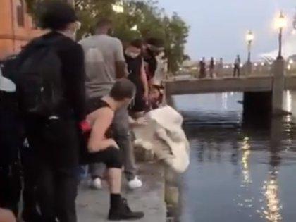 Los restos de la estatua fueron arrojados al mar