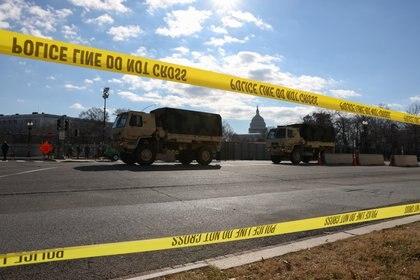 Véhicules militaires sur le Capitole.  REUTERS / Caitlin Ochs