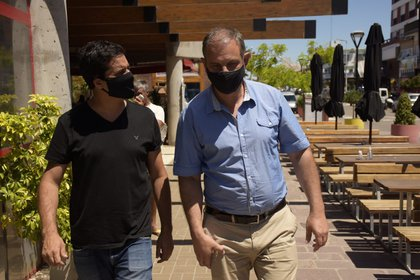 Abad junto al intendente de Madariaga, Esteban Santoro, en una de las últimas recorridas de campaña por el interior bonaerense