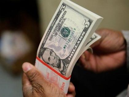 El dólar libre es ofrecido a su precio más bajo desde el 22 de diciembre. (Reuters)