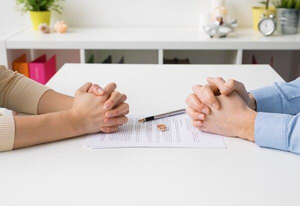 Cada vez más millennials firman acuerdosantes de casarse, para evitar un divorcio difícil.