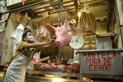 MÉXICO, D.F., 01MAYO2009.- Los puestos en donde se vende carne de cerdo dentro de un mercado de la ciudad luce vació ya que  las ventas de este tipo de carne han estado a la baja en estos días de contingencia por el virus de la influencia porcina. Las autoridades mexicanas aclaran que el consumo de carne de puerco no contagia el virus de la influenza humana AH1N1. FOTO: RODOLFO ANGULO/CUARTOSCURO.COM