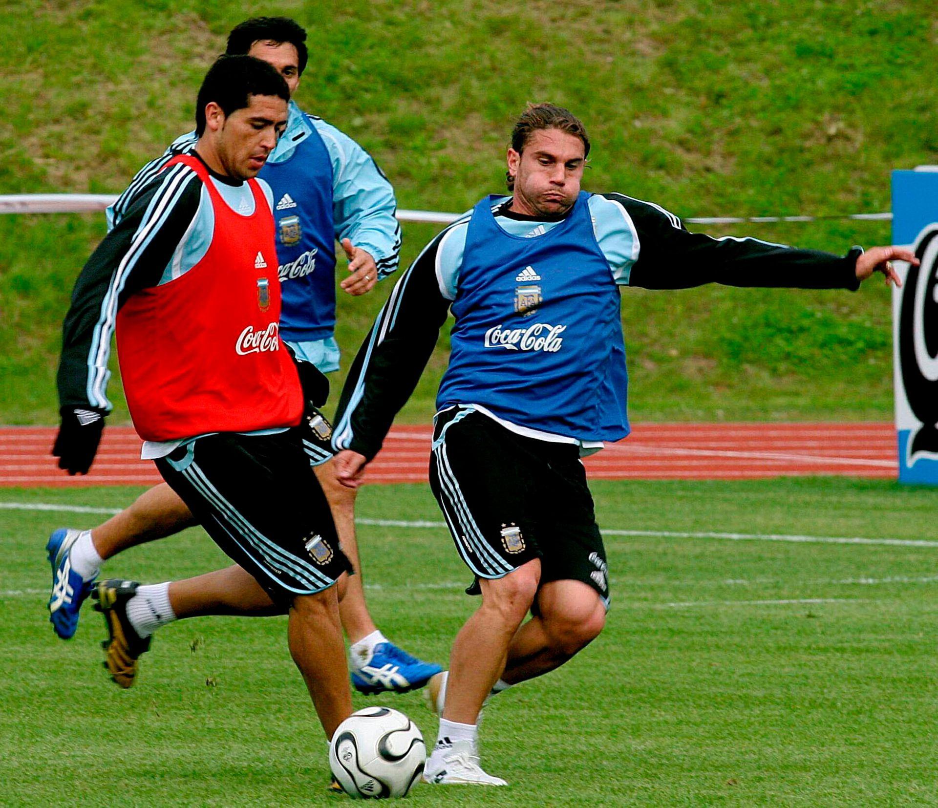 Cufré marca a Riquelme en un entrenamiento con la Selección (FotoBaires)