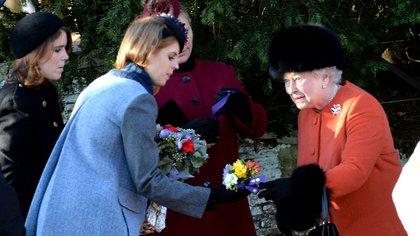 Eugenia y Beatriz de York con la reina Isabel II (Shutterstock)